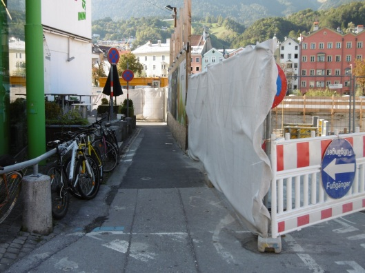 However, the temporary path is only a meter wide and contains two right-angle turns, so is not of much use to cyclists.
