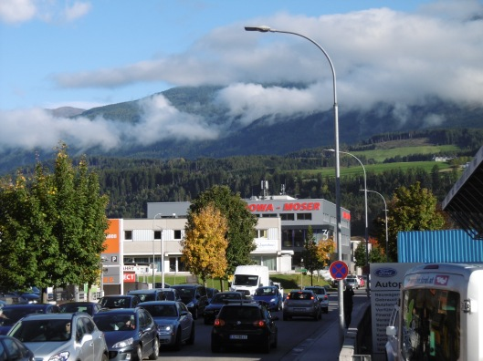 The innsbrucker Stadtlweg at afternoon rush hour in the fall